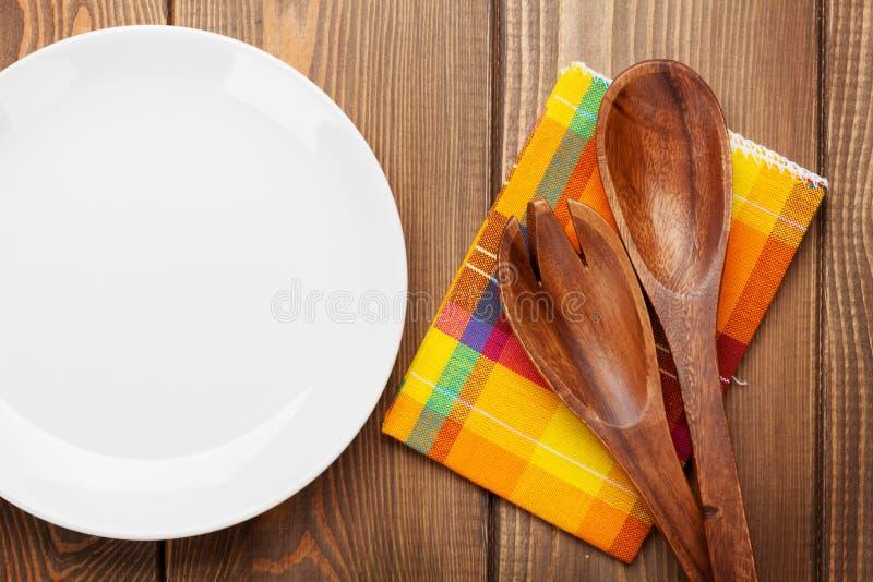 Ustensiles en bois de cuisine et plat vide photo stock