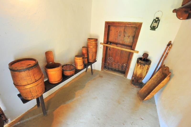 Ustensiles en bois traditionnels dans la maison de Roumain de village photographie stock libre de droits