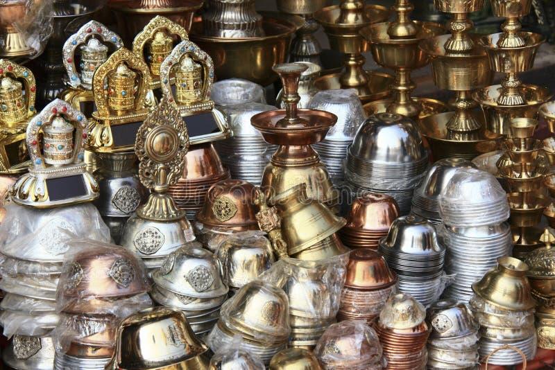 Ustensiles en métal vendus au Népal photographie stock libre de droits