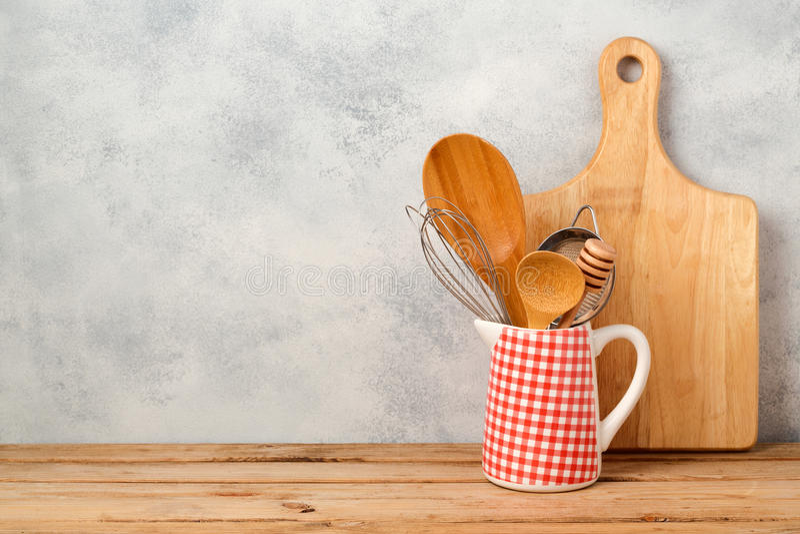 Ustensiles et planche à découper de cuisine sur la table en bois au-dessus du fond images libres de droits