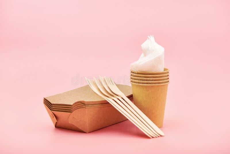 Ustensiles jetables qui respecte l'environnement faits de bois et papier en bambou, d'isolement photographie stock