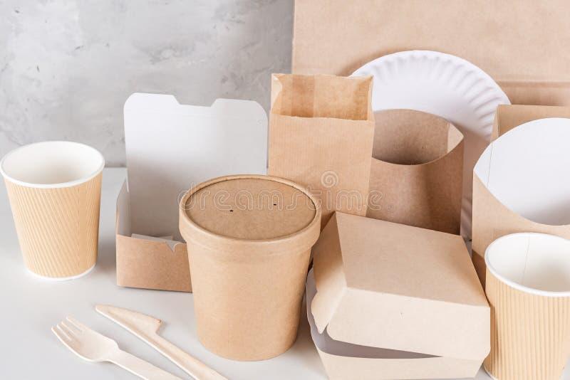 Ustensiles jetables qui respecte l'environnement faits de bois et papier en bambou sur le fond de marbre blanc images libres de droits