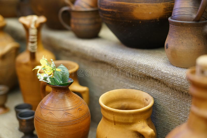 Ustensiles, pots et tasses antiques, accessoires de cuisine photos stock