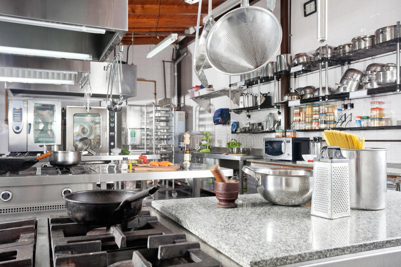Ustensiles sur le compteur dans la cuisine commerciale photo stock