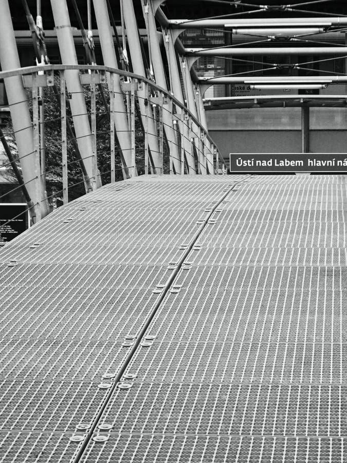 Usti nad Labem, kraj de Ustecky, república checa - 20 de novembro de 2016: detalhe preto e branco de ponte do ferro que conduz so imagens de stock royalty free