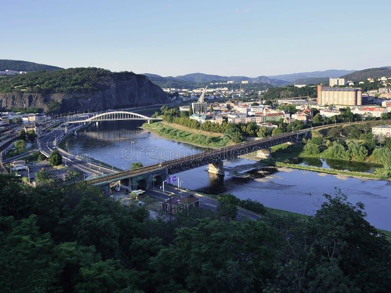 Usti NAD Labem, République Tchèque - 24 juin 2019 : Rivière de Labe dans la ville au coucher du soleil photo stock