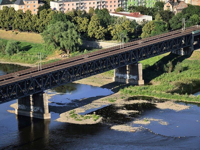 Usti nad Labem, república checa - 24 de junho de 2019: brindge do trem sobre o rio de Labe no por do sol imagem de stock