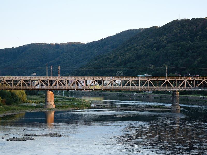 Usti nad Labem, república checa - 24 de junho de 2019: brindge do trem sobre o rio de Labe no por do sol fotografia de stock