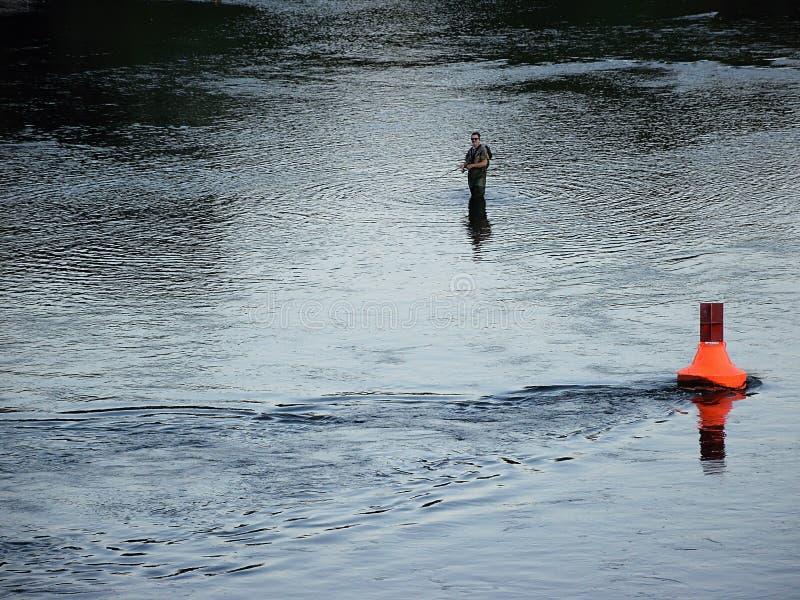 Usti nad Labem, república checa - 24 de junho de 2019: pescador no rio de Labe no por do sol fotografia de stock