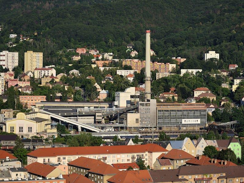 Usti nad Labem, República Checa - 24 de junio de 2019: edificio industrial con la chimenea en la puesta del sol fotografía de archivo libre de regalías