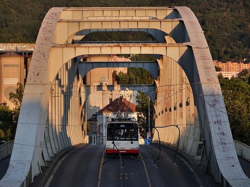 Usti nad Labem, República Checa - 24 de junio de 2019: El Dr. Puente de Benes con el autobús de carretilla en la puesta del sol imagen de archivo libre de regalías