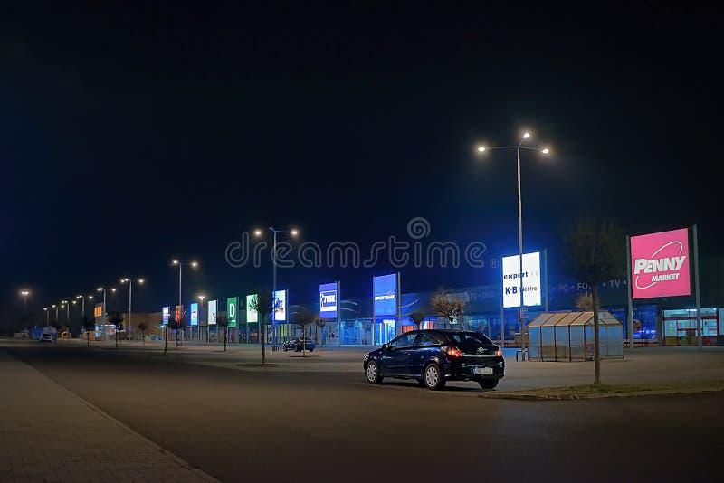 Usti nad Labem, República Checa - 24 de marzo de 2018: coche negro Opel Astra en estacionamiento vacío delante de tiendas en parq fotos de archivo libres de regalías