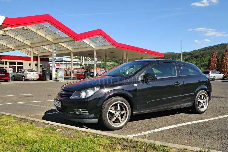 Usti nad Labem, República Checa - 30 de mayo de 2019: soporte negro de Opel Astra del coche en la estación de servicio de la comp fotografía de archivo libre de regalías