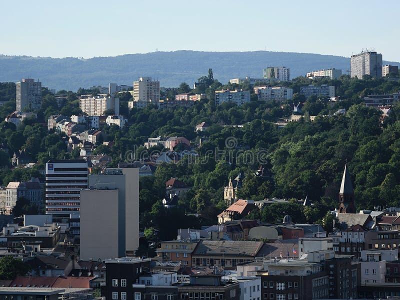 Usti nad Labem, republika czech - Czerwiec 24, 2019: domy między drzewami przy zmierzchem obraz stock