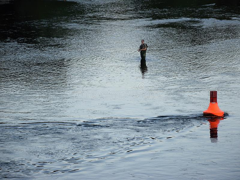 Usti nad Labem, republika czech - Czerwiec 24, 2019: rybak w Labe rzece przy zmierzchem fotografia stock