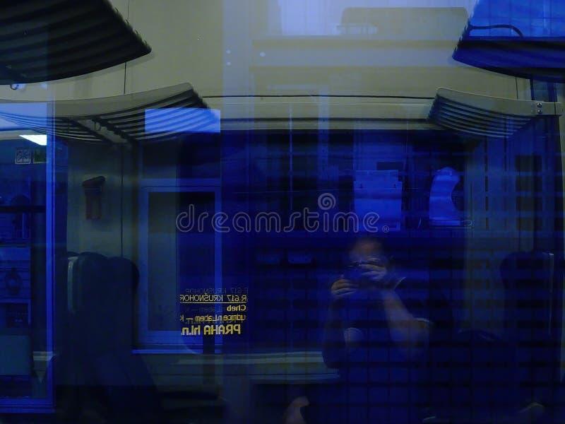 Usti nad Labem, republika czech - Czerwiec 24, 2019: turysta z kamerą w pociągu po sommer zmierzchu fotografia stock