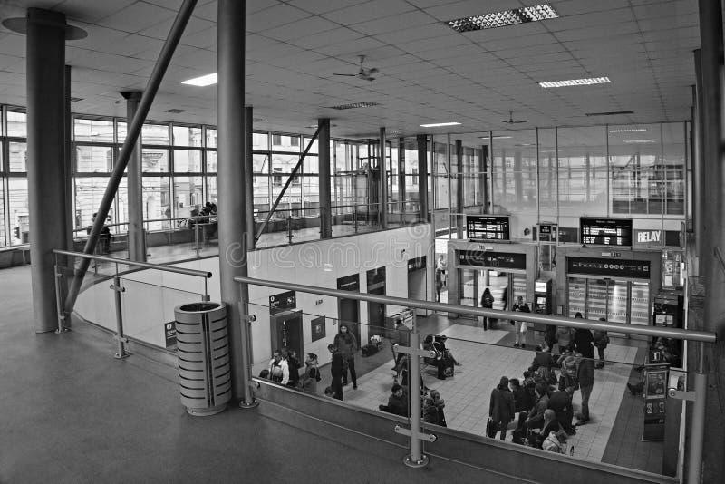 Usti nad Labem, Ustecky kraj, Tjeckien - November 20, 2016: huvudsakligt väntande rum för drevstationen efter rekonstruktion med  arkivfoto