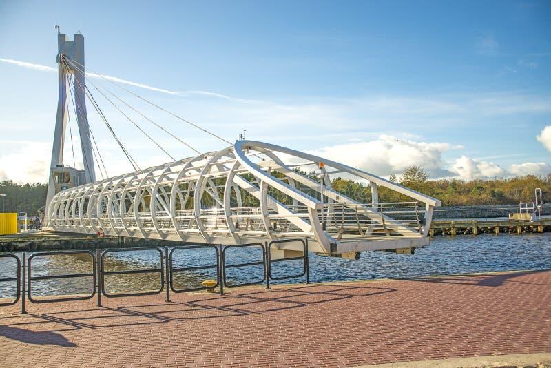 Ustka, современный отбрасывая мост над портом стоковая фотография rf