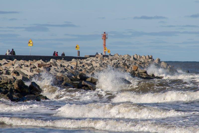 Ustka, pomorskie/Pologne - février, 22, 2019 : Brise-lames et fortifications fixant le port Vagues de mer se brisant contre images stock
