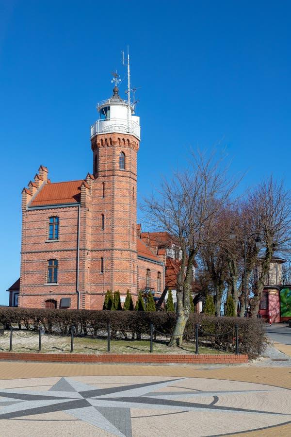 Ustka, Pomorskie/Pologne - février, 22, 2019 : Phare dans le port Bâtiments de port en Europe centrale images libres de droits