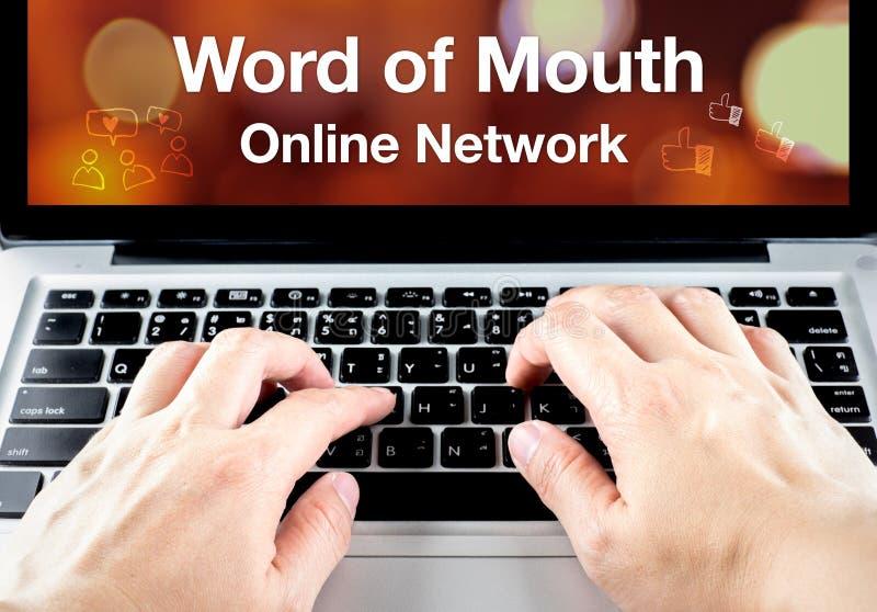 Ustnie sieci online słowo na notatnika ekranie z ręką t obrazy stock