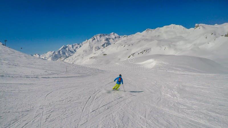 ?ustria - um esquiador que vai abaixo da inclina??o fotos de stock royalty free