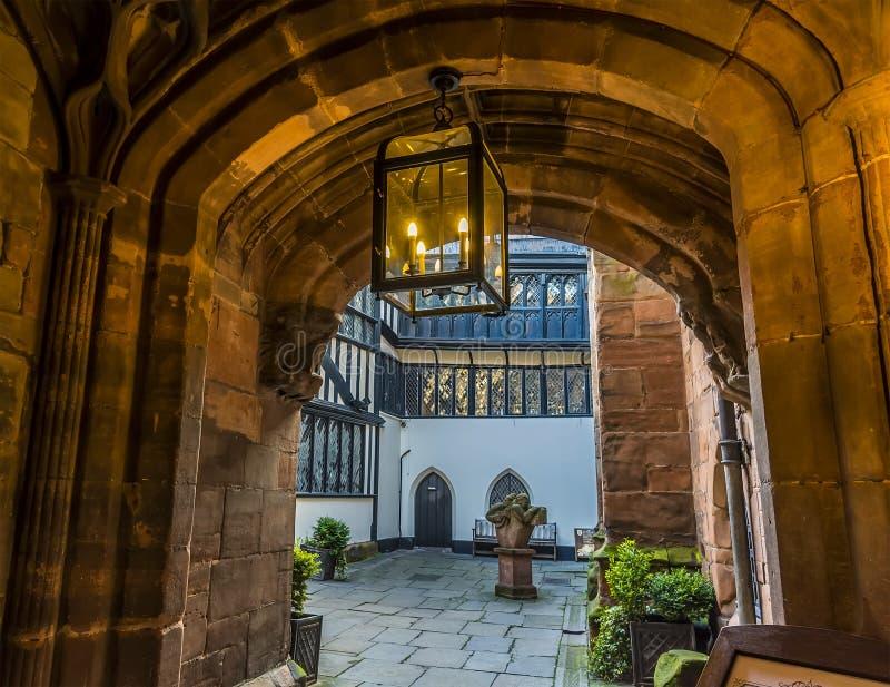 Ustronny podwórze z ulicy obok katedry w Coventry, UK obraz royalty free