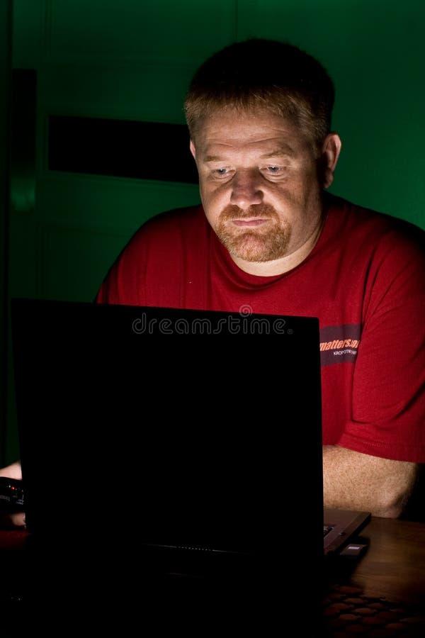 Usuário do caderno que olha referido fotos de stock