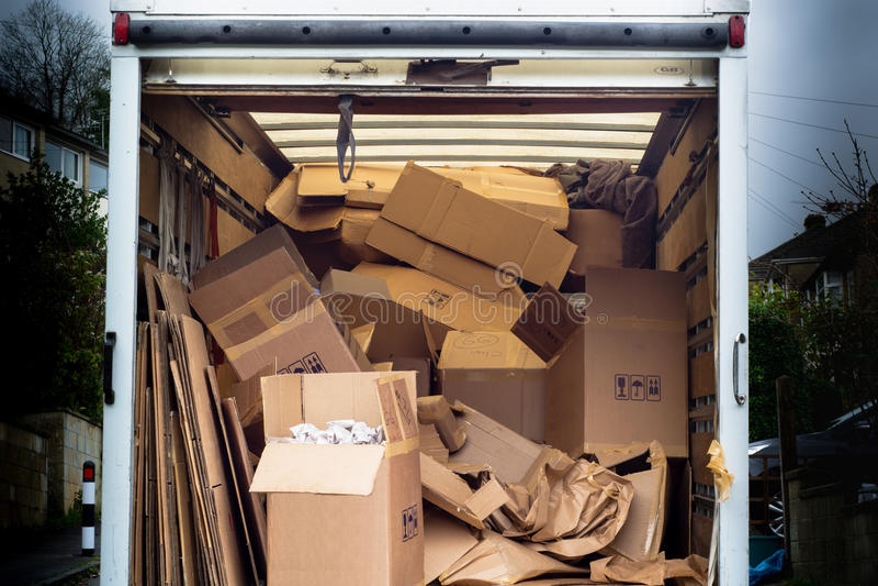 Usunięcie samochód dostawczy z nieporządnymi pudełkami wywalającymi inside obraz stock