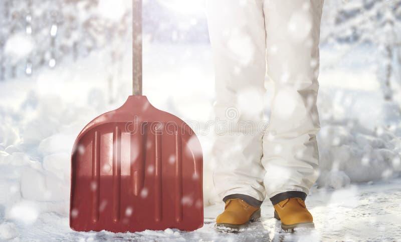 Usuwać śnieg z łopatą w opadzie śniegu fotografia royalty free