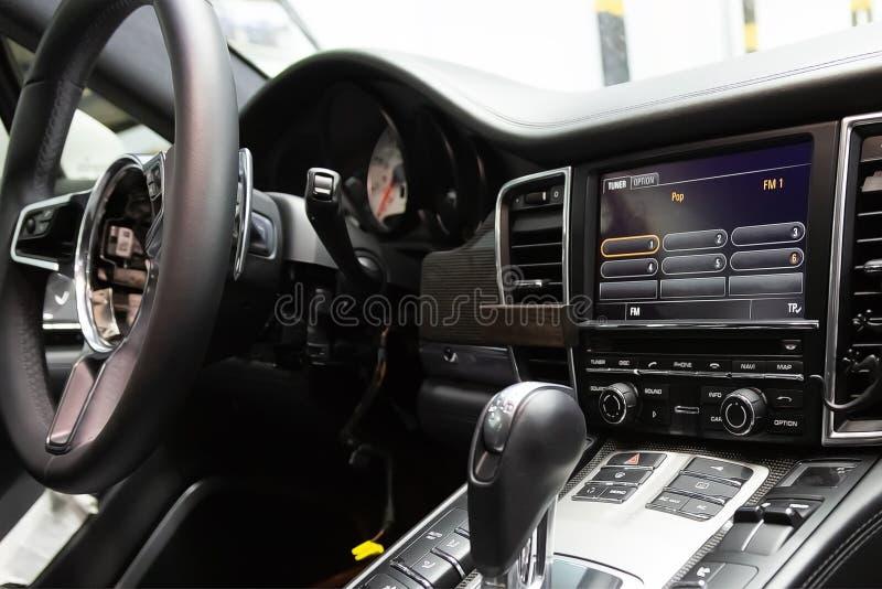 Usuwający od kierownicy airbag Napraw pracy luksusowy sportowy samochód, egzamininuje w usługowym centrum Demontujący samochodowy obraz royalty free
