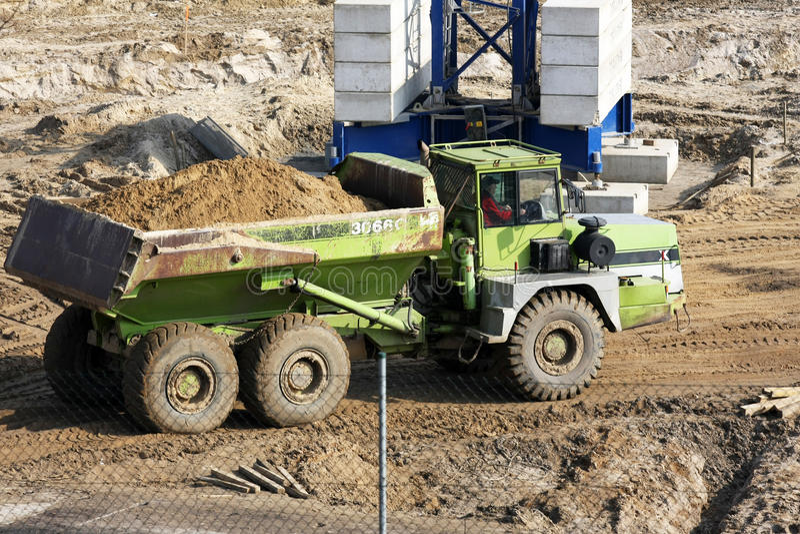 Usyp ciężarówka dostaje przygotowywający wywalać brud. obrazy royalty free