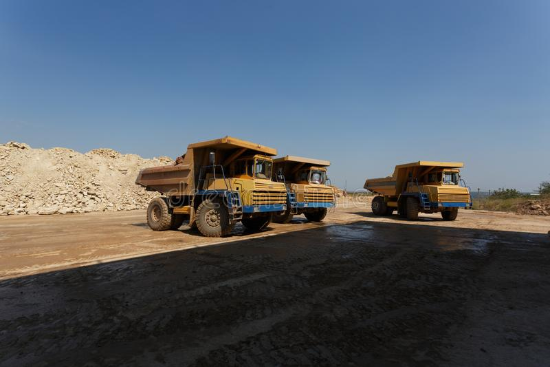 Usyp ciężarówki, dumper lub tipper ciężarówki w piaska łupie, odtransportowywa luźnych materiały na naturalnym tle fotografia royalty free