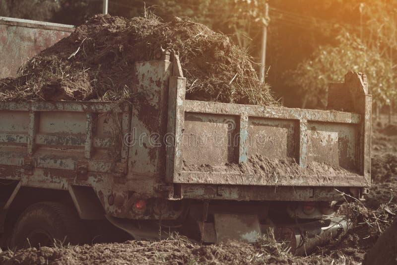 Usyp ciężarówki narządzanie gruntuje dla krajobrazowego ulepszenia przy propert zdjęcie stock