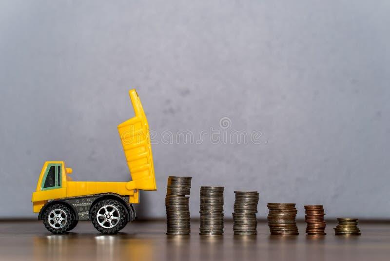 Usyp ciężarówki zabawka ściąga monety stertę zdjęcia stock