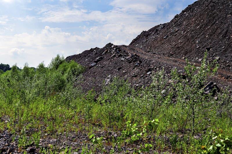 Usypy kołysają góry od przemysłowych łupów zdjęcia stock