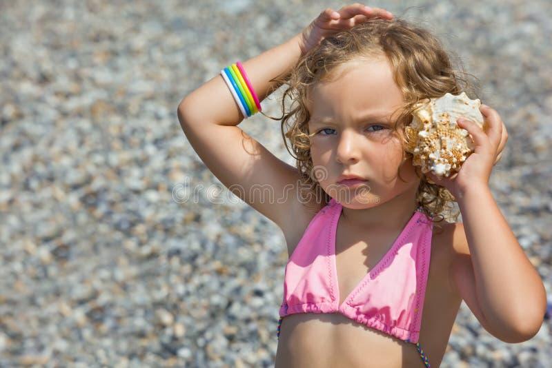 uszata puchar dziewczyna opierał małego seashell obraz royalty free