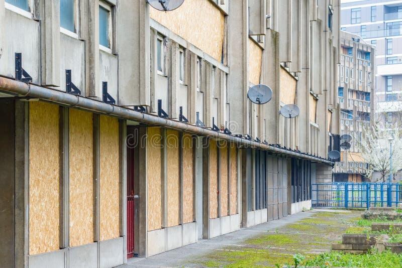 Uszczelniony i pusty rada mieszkania budynek mieszkalny blok, rudzika kapiszonu ogródy obrazy royalty free