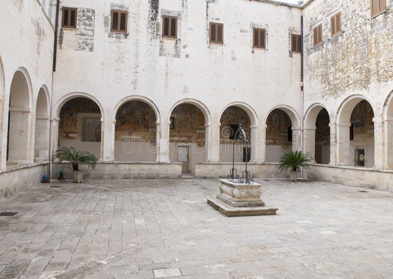 Uszczelniony wodny dobrze w centrum podwórzu, bazyliki Di Santa Caterina d ` Alessandria, Galatina, Włochy obraz stock