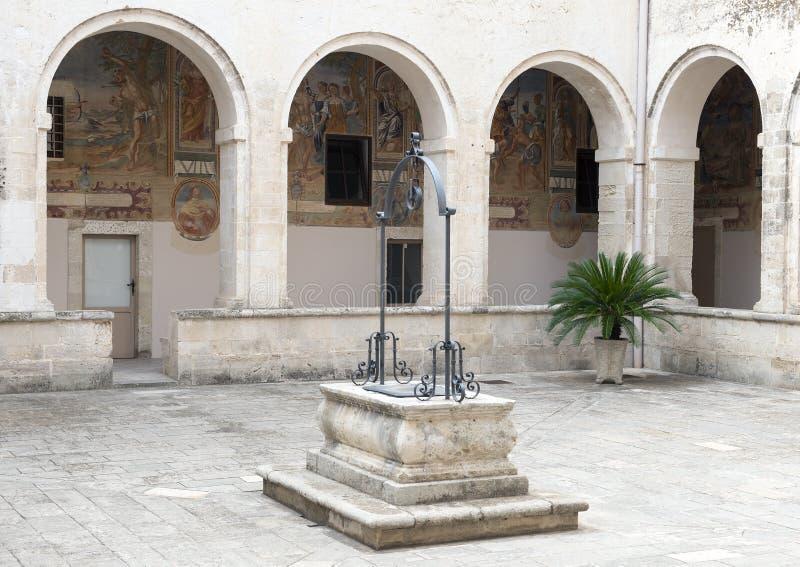 Uszczelniony wodny dobrze w centrum podwórzu, bazyliki Di Santa Caterina d ` Alessandria, Galatina, Włochy zdjęcia royalty free