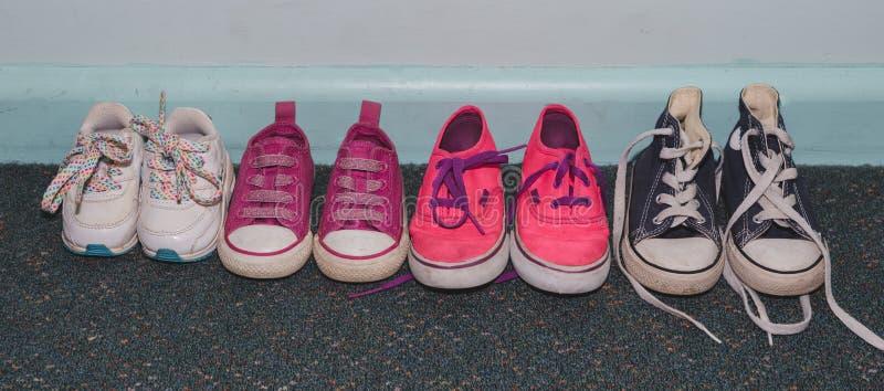 Uszeregowanie dzieciaków buty na błękitnym brudzi ścianę obrazy royalty free
