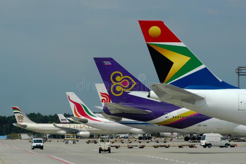 Uszeregowanie kolorowi samolotów ogony zdjęcie stock