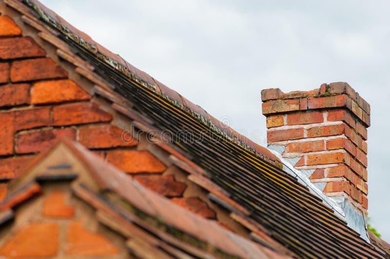 Uszkadzać kominowe potrzeby naprawiają starą dachu budynku powierzchowność fotografia stock