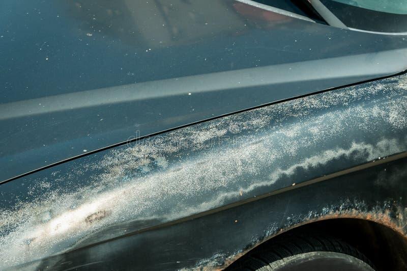 Uszkadzająca i strugająca farba na stronie ośniedziały czarny samochód fotografia stock