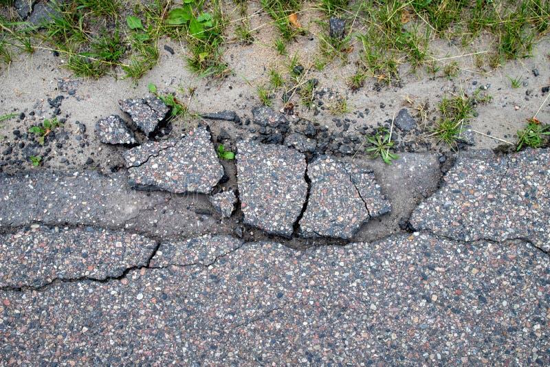 Uszkadzająca lokalna asfaltowa droga Dziura prowadzi miasto na sposobie w Środkowym Europa zdjęcie stock