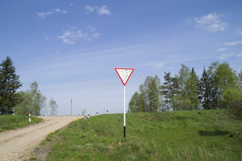 Uszkadzający drogowy znak & x22; daje way& x22; obraz stock