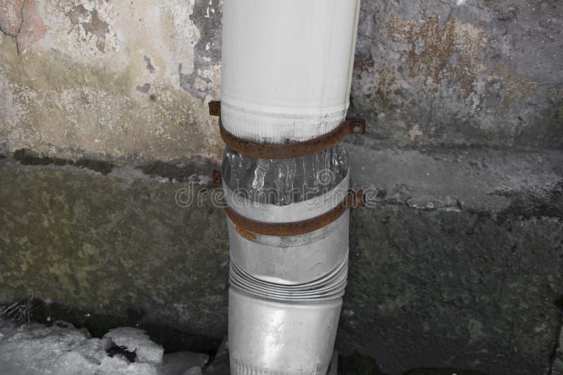 Uszkadzający lodowy downpipe symbolu gnicie i ubóstwo zdjęcie stock