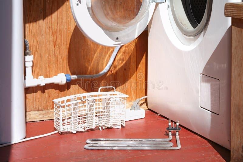 Uszkadzający pralka grzejny element fotografia stock