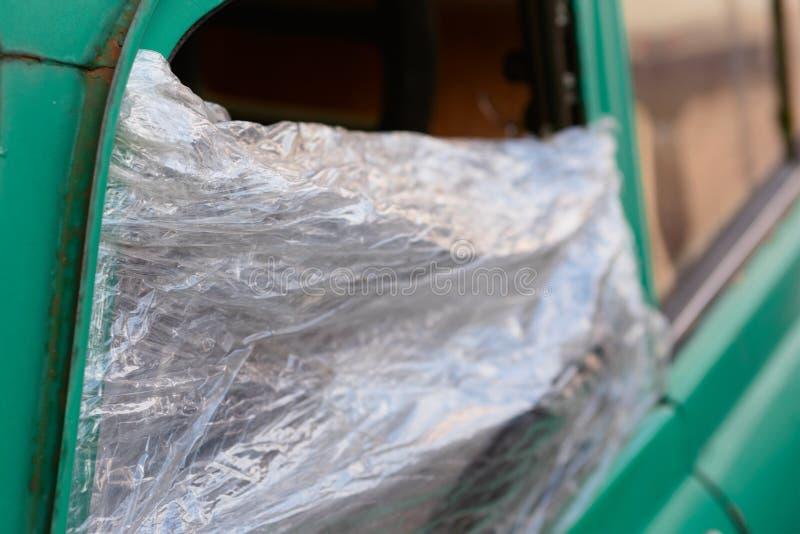 Uszkadzający samochodowy szkło zamieniający opakunkiem obrazy stock