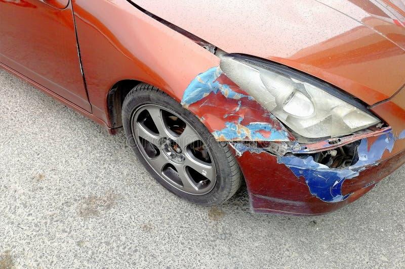 Uszkadzający w kraksie samochodowej przed pomarańczowym samochodem parkującym obrazy stock